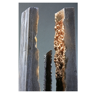 Concrete Monolith, 2016. 190 cm x 15 cm x 15 cm. Black concrete, plasma-cut wrought and burnished iron, gold leaf. € 7 800
